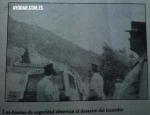 Guardia Civil en Ayódar observando las llamas en la Cima de Saganta